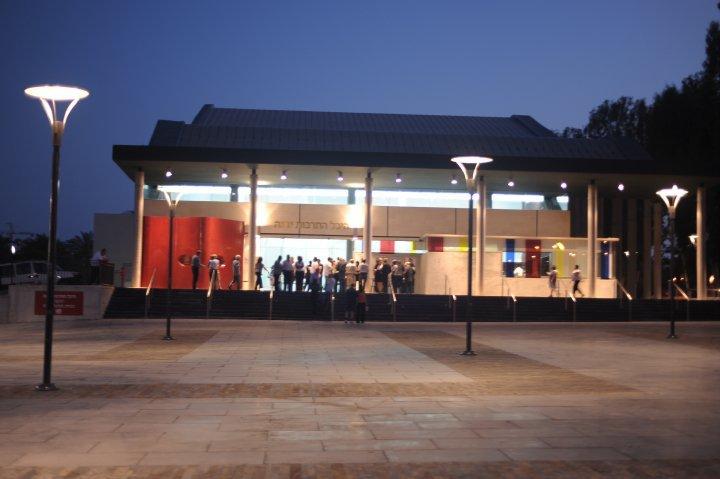 צילום של היכל התרבות ביבנה מבחוץ בלילה